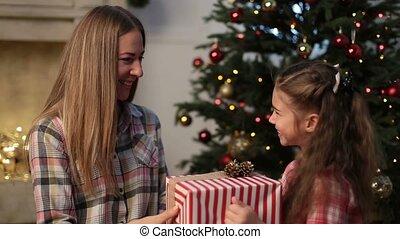 fille, donner, mère, agréable, présent noël