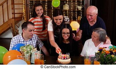 fille, elle, bougies, anniversaire, éclairage, mère, gâteau, fête