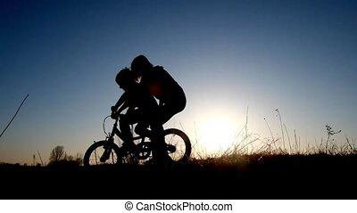 fille, elle, cavalcade, vélo, coucher soleil, mère, enseignement, silhouette
