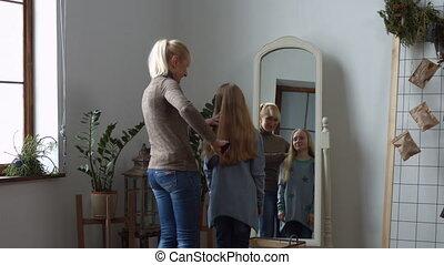 fille, elle, cheveux, peigner, mère, maison, agréable