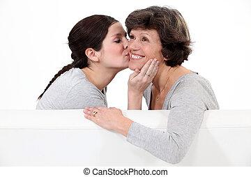 fille, elle, donner, joue, baiser, mère