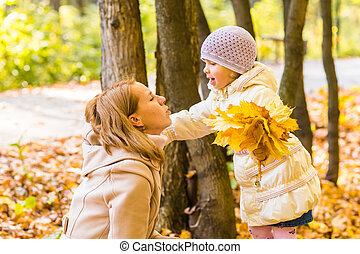 fille, elle, jeune, automne, park., jeu mère