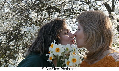 fille, elle, mère, bouquet, arbre, deux âges, contre, jonquilles, adulte, fond, mère, portrait, fleurir, jour, donne