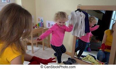 fille, elle, miroir, mère, girl, enfantqui commence à marcher, jouer, aimer