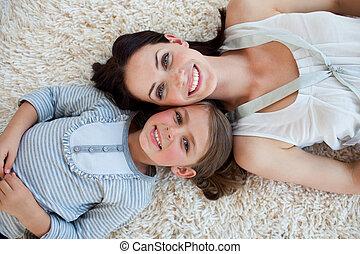 fille, elle, plancher, ensemble, appareil photo, mère, têtes, sourire