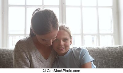 fille, enfant, jeune regarder, conversation, appareil photo, mère, heureux