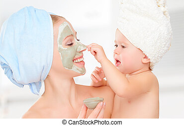 fille, famille, beauté, faire, mère, masque, figure, traitement, peau, bébé, bathroom., girl