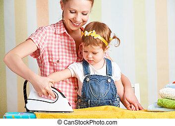 fille, famille, engagé, ensemble, ménage, fer, mère, bébé vêt