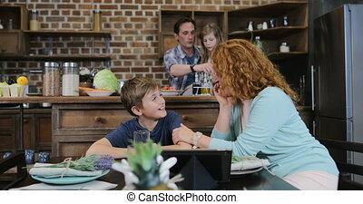 fille, famille, tablette, mère, nourriture, père, cuisine, cuisine, ensemble, fils, conversation, quoique, informatique, préparer, temps, utilisation, dépenser, repas, heureux