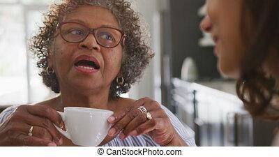 fille, femme, thé, mélangé, personne agee, boire, course, ...
