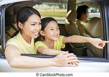 fille, fenêtre voiture, mère, apprécier, vue