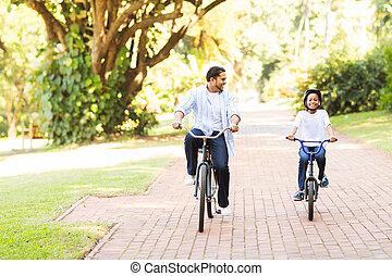 fille, indien, père, ensemble, vélos, équitation