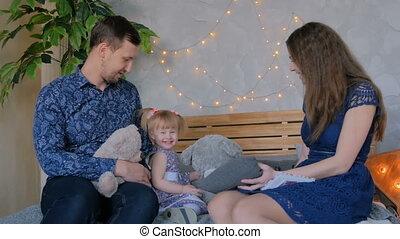 fille, jeune, leur, parents, bébé, togerher, jouer, heureux