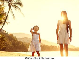 fille, jouer, coucher soleil, mère, amusement, plage, avoir