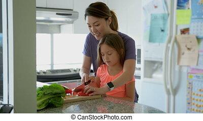 fille, légumes, mère, côtelette, cuisine, enseignement, 4k