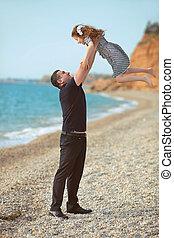 fille, lancement, père, haut, ensemble, insouciant, amusement, style de vie, sourire, plage, jouer, heureux