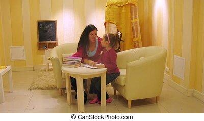 fille, lire, défaillance, mère, livre, temps, salle jeux