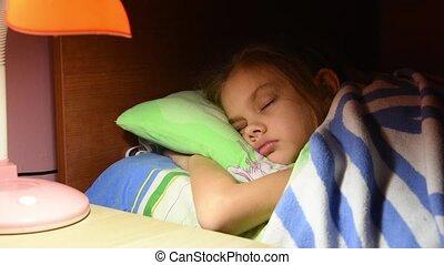 fille, lumière, tourné, maman, sommeiller, fermé, embrassé, caressé