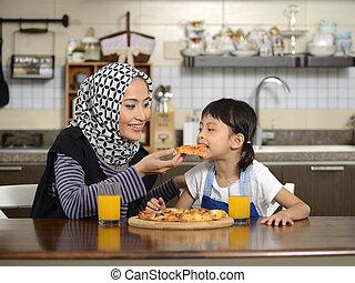 fille, mère, manger,  pizza