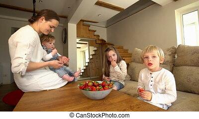 fille, mûre, deux, fils, rouges, mère, manger, strawberries., heureux