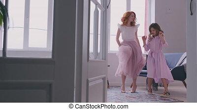 fille, maman, elle, danse, family., jeune, grand, fenêtre,...