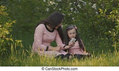 fille, maman, tablette, téléphone
