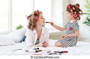 fille, maquillage, lit, mère, bébé, curlers