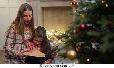 fille, noël, arbre., mère, livre lecture