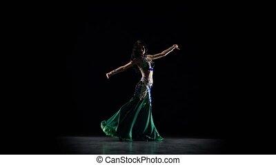 fille orientale, arrière-plan noir, danse