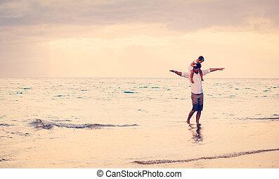 fille, père, ensemble, plage coucher soleil, jouer