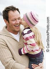 fille, père, tenue, baisers, sourire, plage, lui