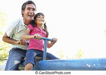 fille, père, voir, cour de récréation, équitation, scie
