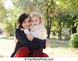 fille, parc, étreindre, automne, mère, bébé