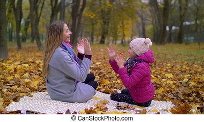 fille, parc, automne, mère, amusement, avoir