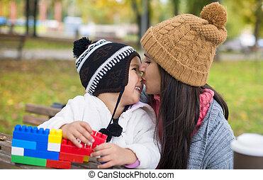 fille parc, baisers, elle, mère
