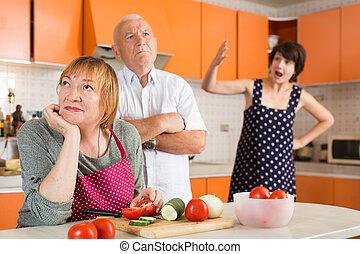 fille, parents, crier, offensé, personnes agées