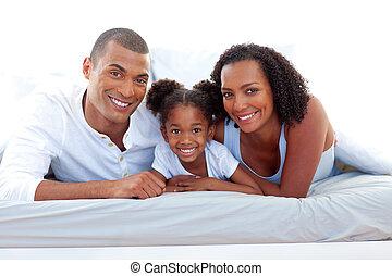 fille, parents, leur, sourire, affectueux, appareil photo