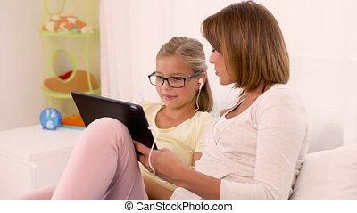 fille, pc tablette, musique, mère, écouter