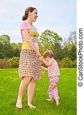 fille, pelouse, pieds nue, mère, promenade