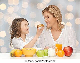 fille, petit déjeuner, heureux, manger, mère