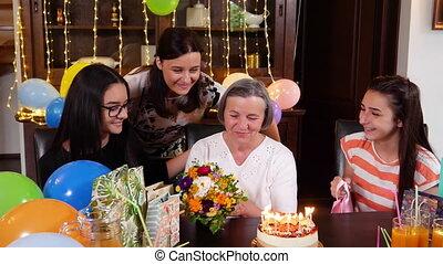 fille, petite-filles, anniversaire, mère, fête, personne agee