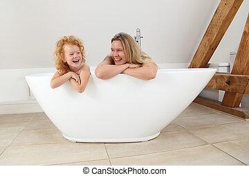 fille, pied, sur, bain, regarder, bord, mère, baquet