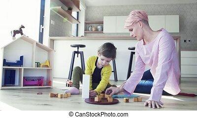 fille, plancher, jeune, mère, petit, home., jouer
