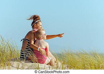 fille, pointage, rivage, quelque chose, mère, sourire
