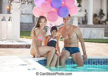 fille, séance, couple, jeune, poo, bord, heureux, natation