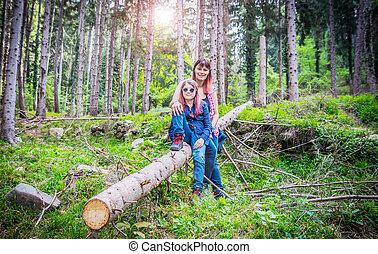 fille, séance, mère, forêt arbre, coffre