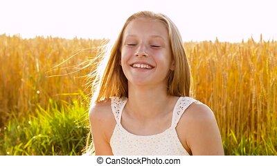 fille souriant, été, champ, jeune, céréale