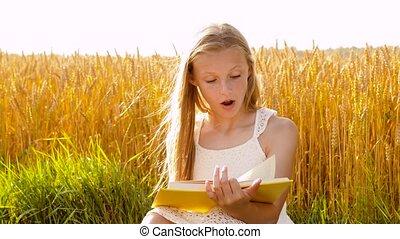 fille souriant, lecture, champ, jeune, céréale, livre