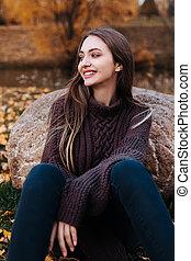 fille souriante, automne, beau, jour, parc, portrait, ensoleillé