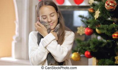 fille souriante, chandail, arbre, noël, chaton, portrait, décoré, suivant, jouer, heureux